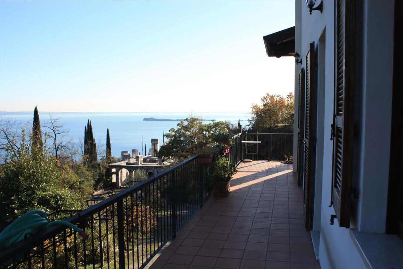 Villa in vendita con vista sul lago di garda for Casa moderna gardone
