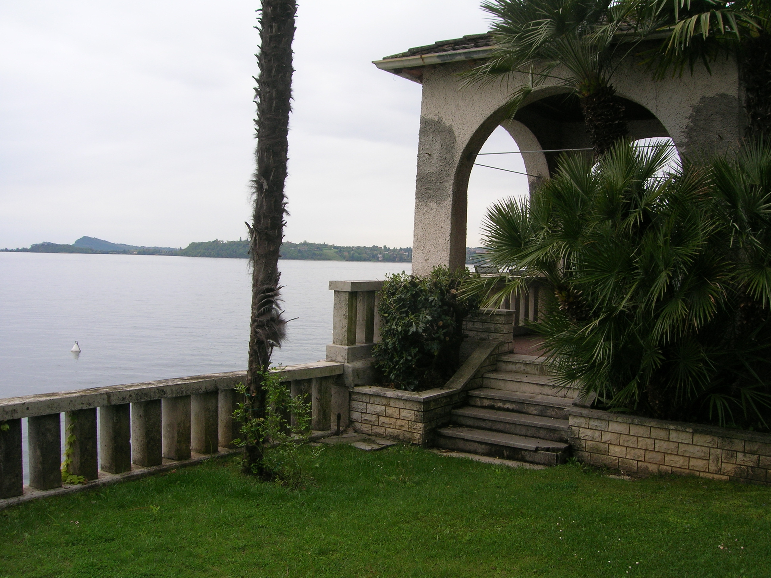 villa in vendita stile liberty in riva al lago
